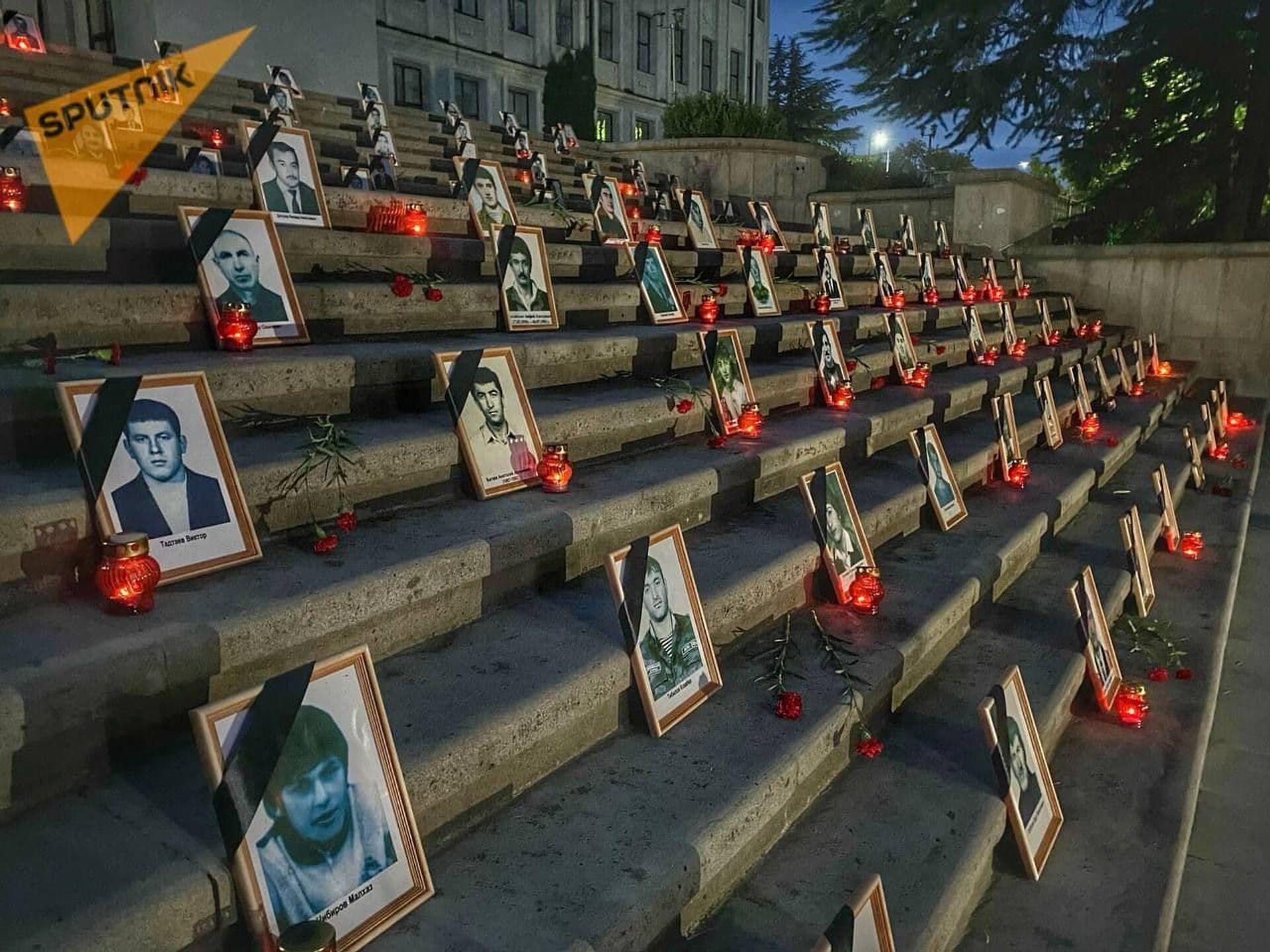 Погибших в августе 2008 года защитников Цхинвала и мирных жителей вспоминают на траурной акции, которая проходит на Гергиевской лестнице. - Sputnik Абхазия, 1920, 12.10.2021