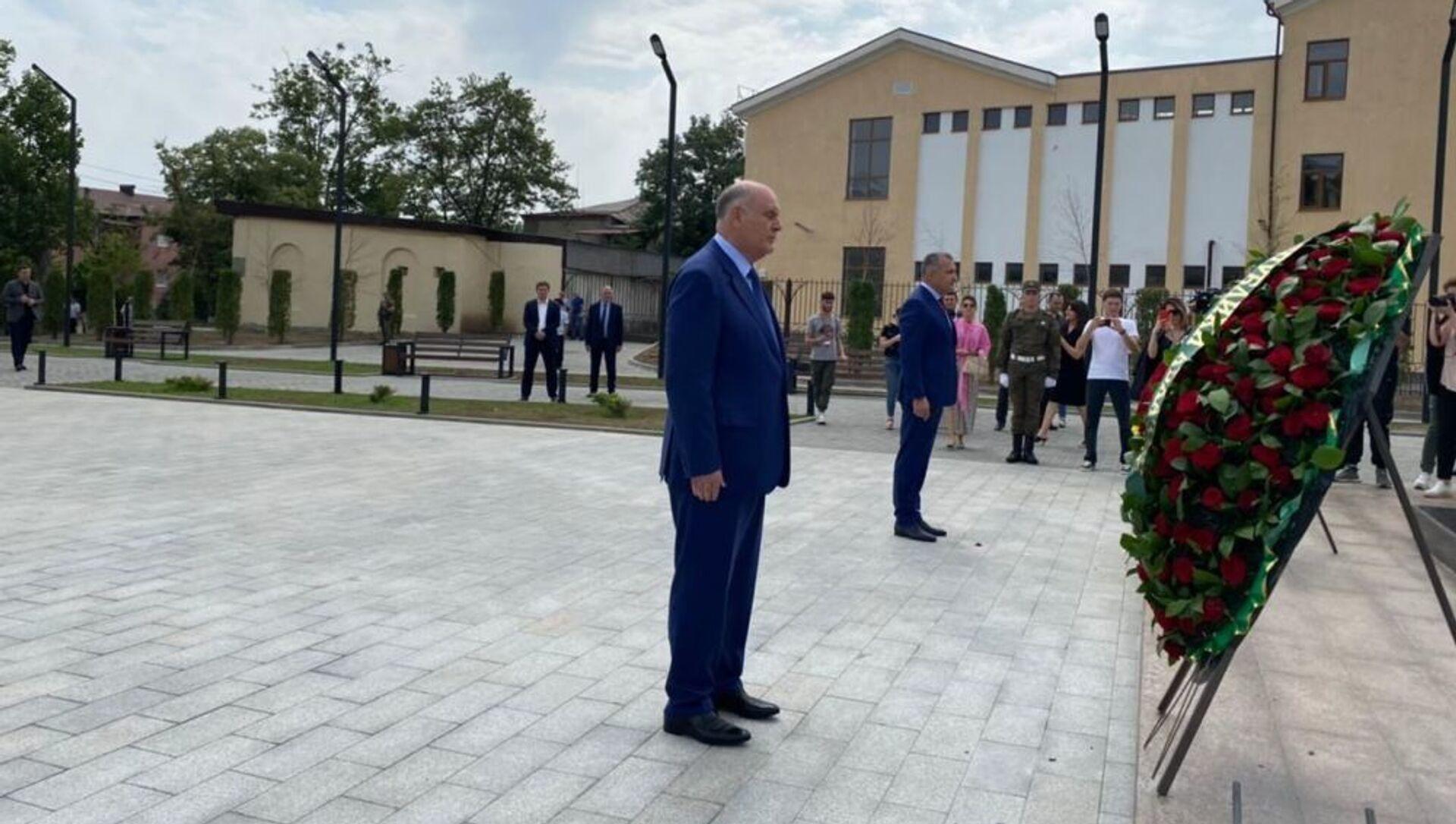 Делегация Абхазии почтила память павших Защитников Отечества в Цхинвале - Sputnik Абхазия, 1920, 08.08.2021