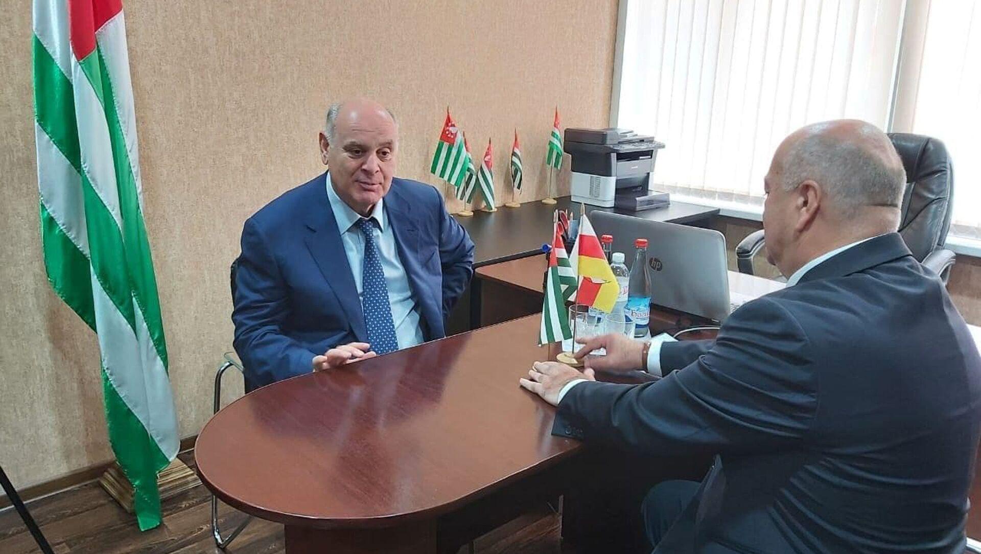 Президент Абхазии Аслан Бжания посетил дипмиссию республики в Южной Осетии. - Sputnik Аҧсны, 1920, 09.08.2021