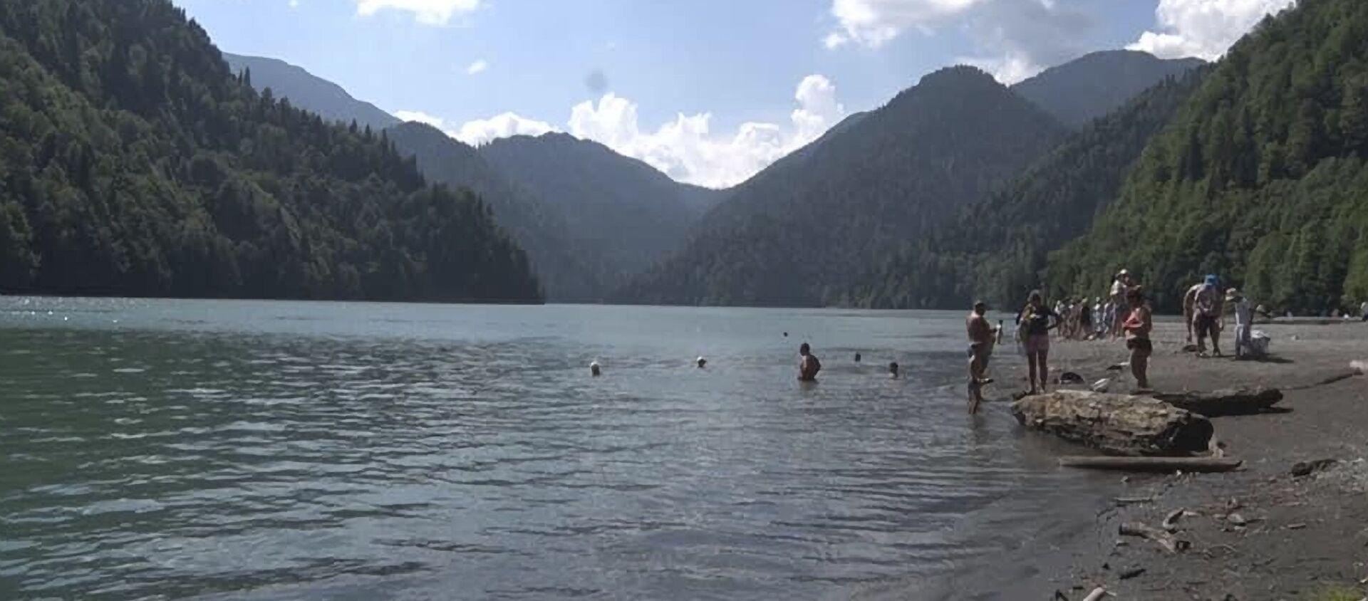 Туристы купаются в озере Рица  - Sputnik Аҧсны, 1920, 09.08.2021