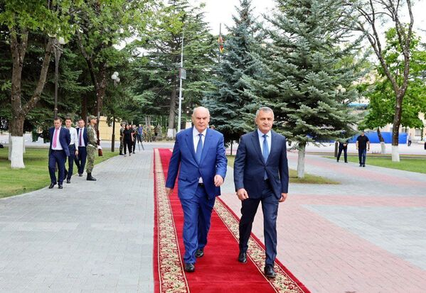 Абхазская делегация во главе с Асланом Бжания прибыла в Цхинвал 6 августа для участия в памятных мероприятиях, приуроченных к 13-й годовщине грузинской агрессии в августе 2008 года. - Sputnik Абхазия