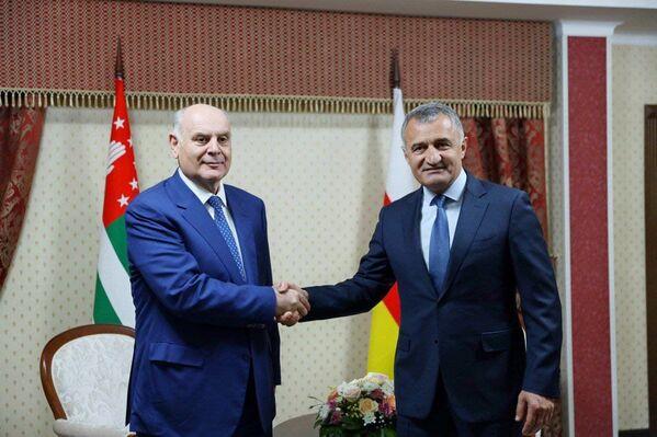 В столице Южной Осетии прошла встреча на высшем уровне президентов Анатолия Бибилова и Аслана Бжания. - Sputnik Абхазия