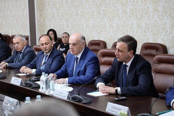 Затем состоялось заседание с участием делегации Абхазии и руководства Южной Осетии.  - Sputnik Абхазия
