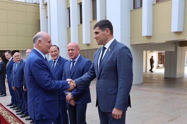 Аслана Бжания приветствуют члены югоосетинского правительства.  - Sputnik Абхазия