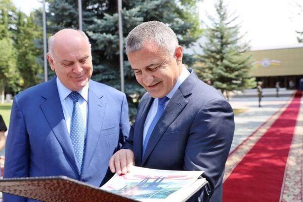 Трехдневный визит делегации Абхазии в Южную Осетию завершился 9 августа. Бибилов подарил Бжания альбом с фотографиями визита президента Абхазии в Южную Осетию. - Sputnik Абхазия