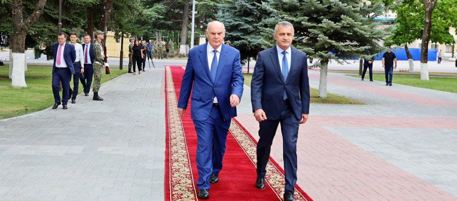 Абхазская делегация во главе с Асланом Бжания прибыла в Цхинвал 6 августа для участия в памятных мероприятиях, приуроченных к 13-й годовщине грузинской агрессии в августе 2008 года. - Sputnik Аҧсны, 1920, 09.08.2021