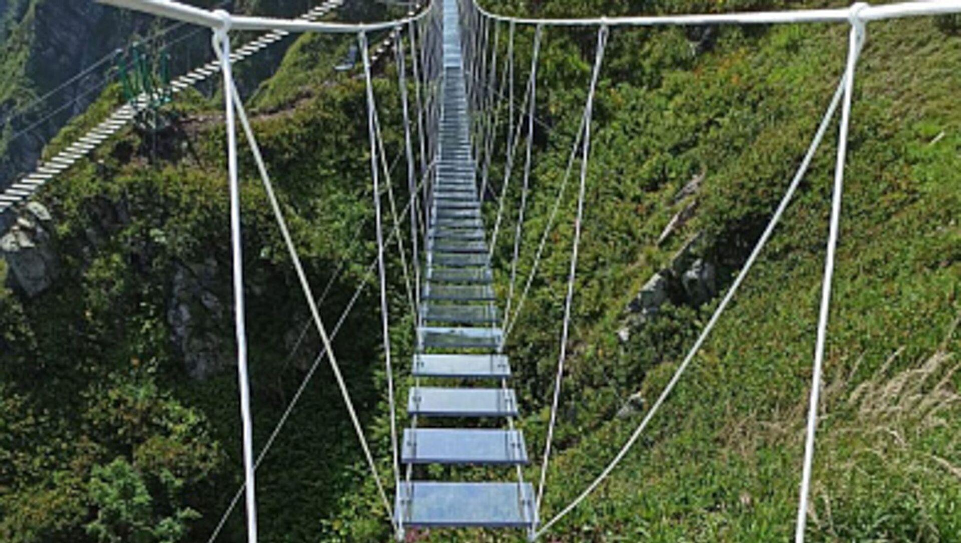 Первый в России подвесной мост с прозрачными ступенями установлен на высоте 2320 метров - Sputnik Абхазия, 1920, 10.08.2021