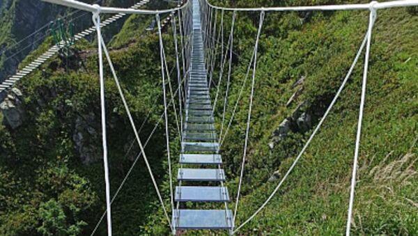Первый в России подвесной мост с прозрачными ступенями установлен на высоте 2320 метров - Sputnik Аҧсны