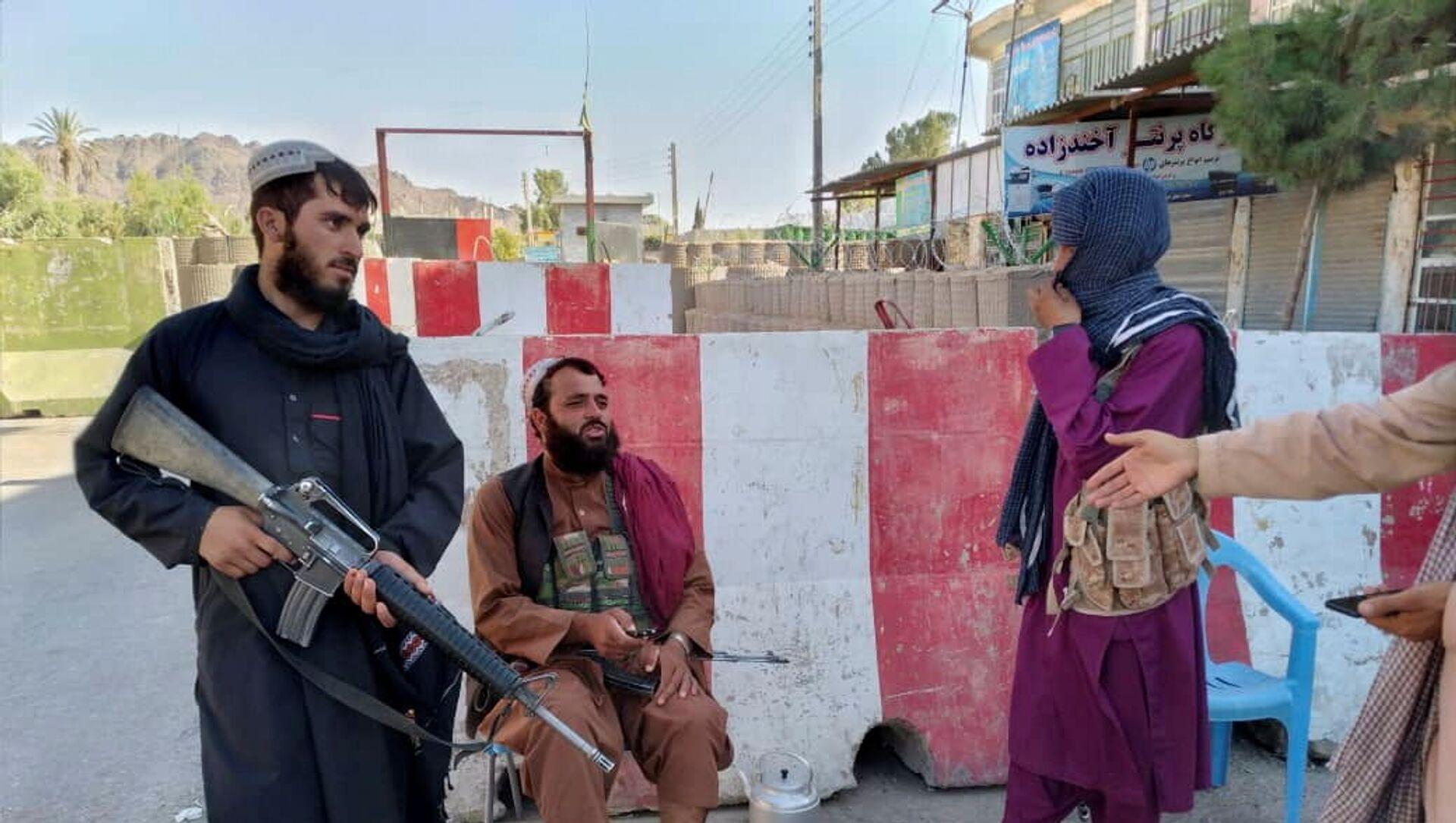 Боевики Талибана охраняют блокпост в Фарахе, Афганистан, 11 августа 2021 года. - Sputnik Абхазия, 1920, 13.08.2021