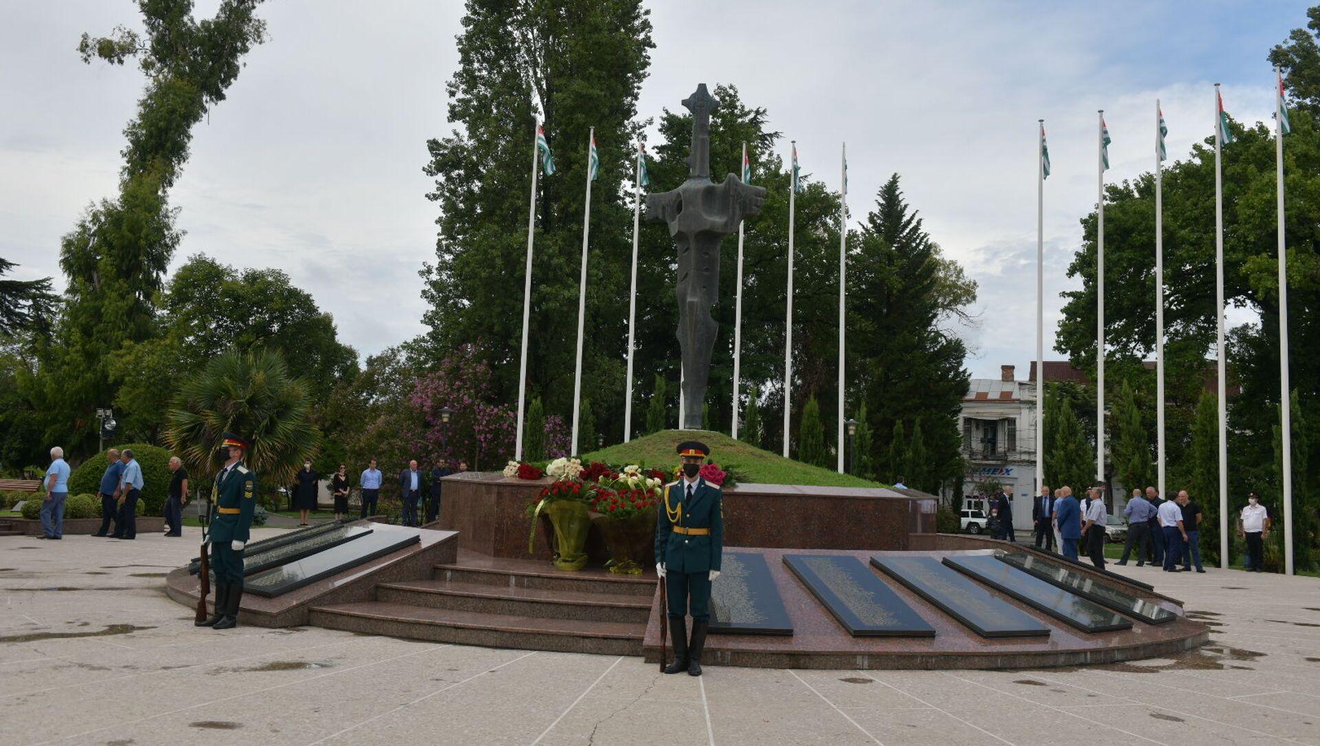 Возложение цветов в Парке славы  - Sputnik Аҧсны, 1920, 14.08.2021
