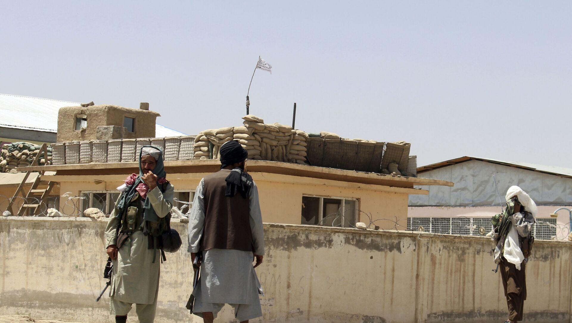 Боевики Талибана стоят на страже в городе Газни, к юго-западу от Кабула, Афганистан, в пятницу, 13 августа 2021 года. Талибан завершил зачистку юга страны в пятницу, взяв еще четыре столицы провинций в ходе молниеносного наступления. постепенно окружая Кабул, всего за несколько недель до того, как США официально завершат свою двухдесятилетнюю войну. - Sputnik Абхазия, 1920, 15.08.2021