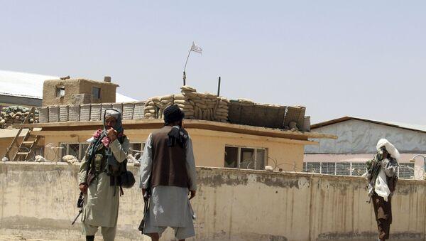 Боевики Талибана стоят на страже в городе Газни, к юго-западу от Кабула, Афганистан, в пятницу, 13 августа 2021 года. Талибан завершил зачистку юга страны в пятницу, взяв еще четыре столицы провинций в ходе молниеносного наступления. постепенно окружая Кабул, всего за несколько недель до того, как США официально завершат свою двухдесятилетнюю войну. - Sputnik Абхазия
