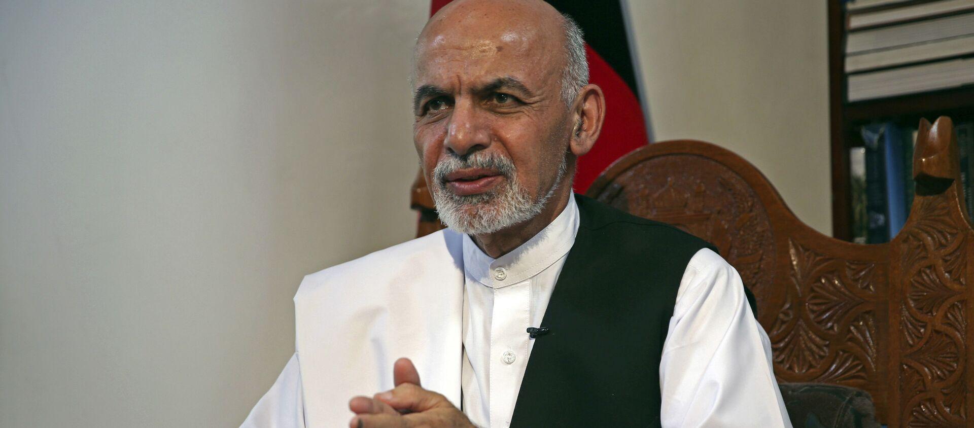 Кандидат в президенты Афганистана и бывший министр финансов Ашраф Гани Ахмадзай выступает во время интервью Associated Press в своей резиденции в Кабуле, Афганистан, в понедельник, 14 июля 2014 года. Ахмадзай сказал, что сделка при посредничестве США по полной ревизии бюллетеней вернула страну назад с края пропасти и вернуть легитимность правительства в нужное русло. - Sputnik Абхазия, 1920, 15.08.2021