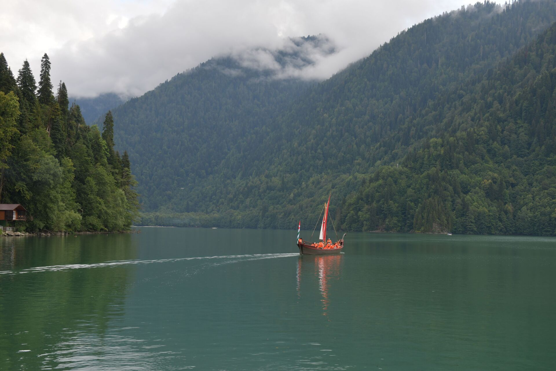 Спуск на воду галеры на озере Рица - Sputnik Абхазия, 1920, 12.10.2021