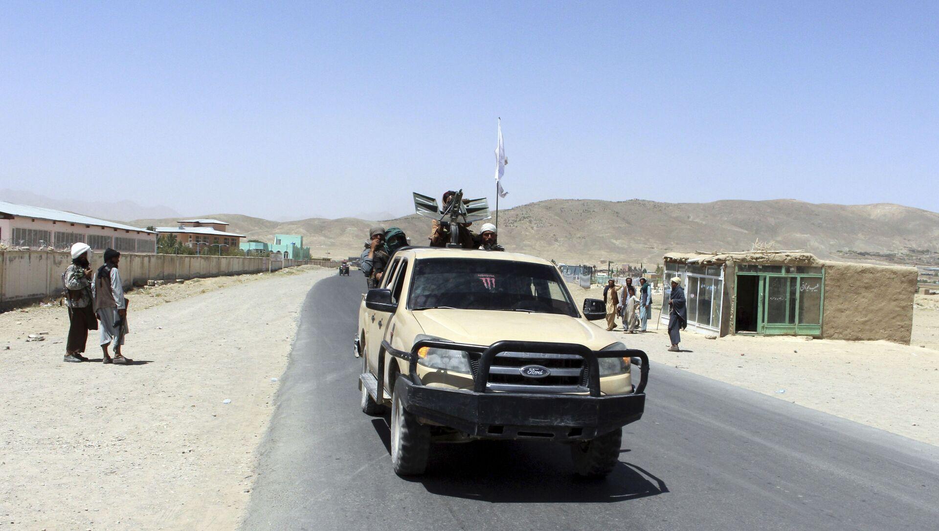 Боевики «Талибана» патрулируют город Газни, к юго-западу от Кабула, Афганистан, пятница, 13 августа 2021 г. Талибан завершил зачистку юга страны в пятницу, взяв еще четыре столицы провинций в молниеносном наступлении, которое постепенно набирает обороты. окружение Кабула, всего за несколько недель до того, как США официально завершат двухлетнюю войну. - Sputnik Абхазия, 1920, 16.08.2021