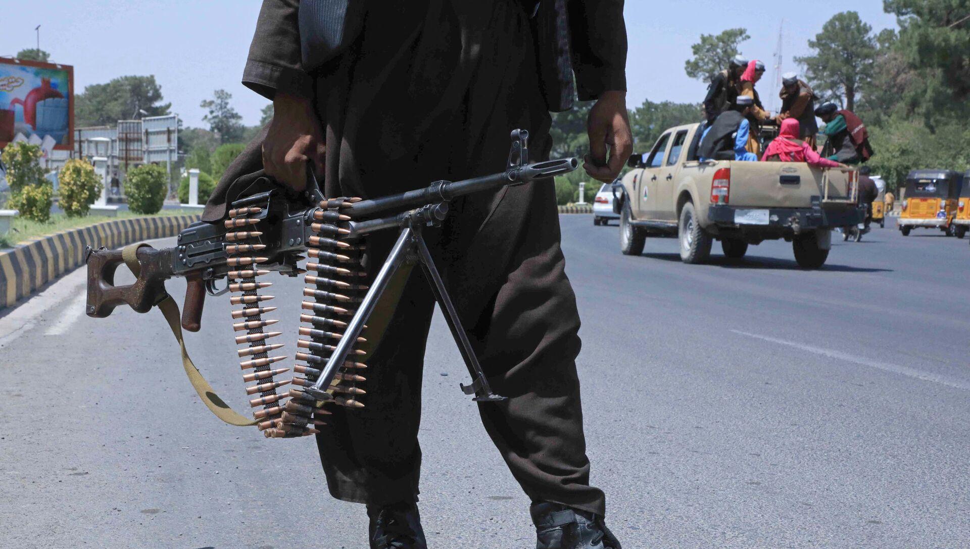Боец Талибана стоит на страже на улице в Герате 14 августа 2021 г. - Sputnik Абхазия, 1920, 16.08.2021