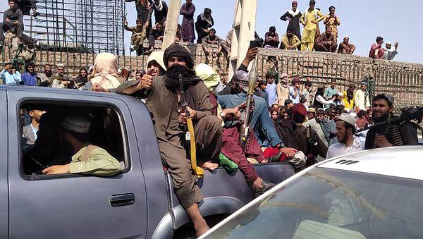 Боевики Талибана садятся в машину на улице в Джелалабадской области 15 августа 2021 г. - Sputnik Абхазия