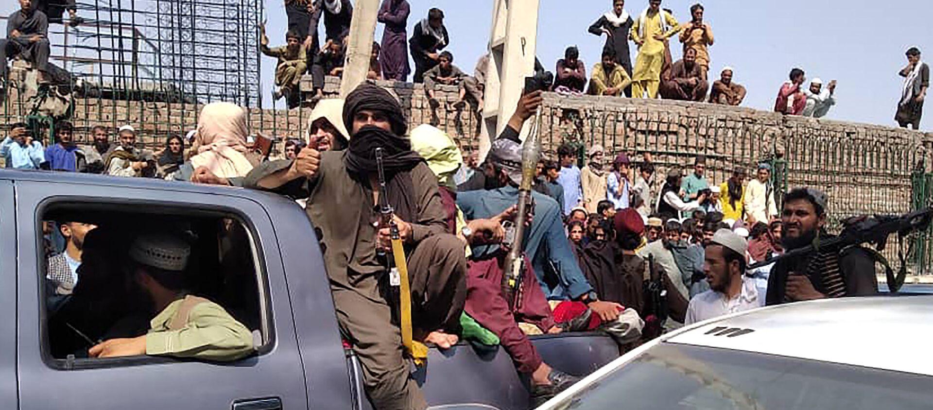 Боевики Талибана садятся в машину на улице в Джелалабадской области 15 августа 2021 г. - Sputnik Абхазия, 1920, 15.08.2021