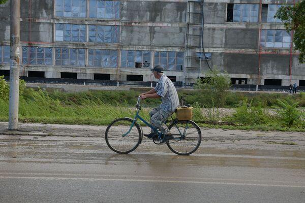 Повезло тем, кто предпочитает пешим прогулкам двухколесный транспорт. - Sputnik Абхазия