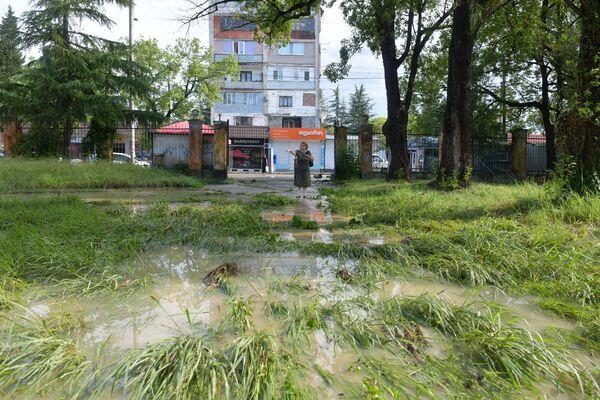 Из берегов вышли небольшие речки и подтопили дворы и нижние этажи жилых зданий. - Sputnik Абхазия