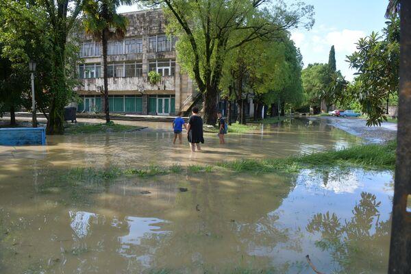 К ликвидации последствий стихии в Сухуме привлечены спасатели из Гудауты, Очамчыры, а также из поселка Агудзера. - Sputnik Абхазия