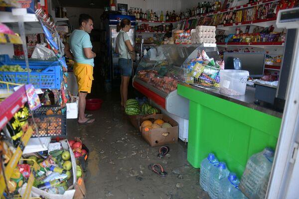 И даже поход за продуктами стал настоящим квестом для жителей Сухума в утро понедельника. - Sputnik Абхазия