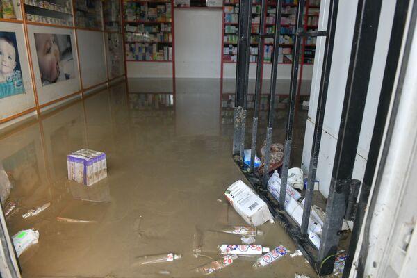 Владелец этой аптеки в районе Турбазы будет еще несколько дней подсчитывать ущерб. - Sputnik Абхазия