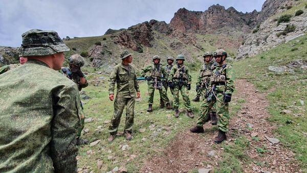 Военнослужащие Китая и Абхазии опробовали горную полосу препятствий и стрельбище в рамках подготовки к «Эльбрусскому кольцу-2021» - Sputnik Аҧсны