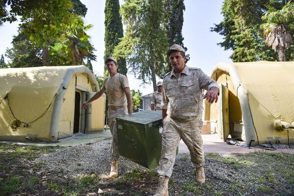 В Абхазию в составе госпиталя приехали около 100 военнослужащих и медицинских работников и около 30 единиц военной техники. - Sputnik Абхазия