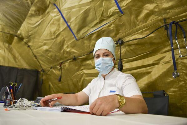 Медики военного госпиталя уже работали в красных зонах и спасали жизни людей. - Sputnik Абхазия