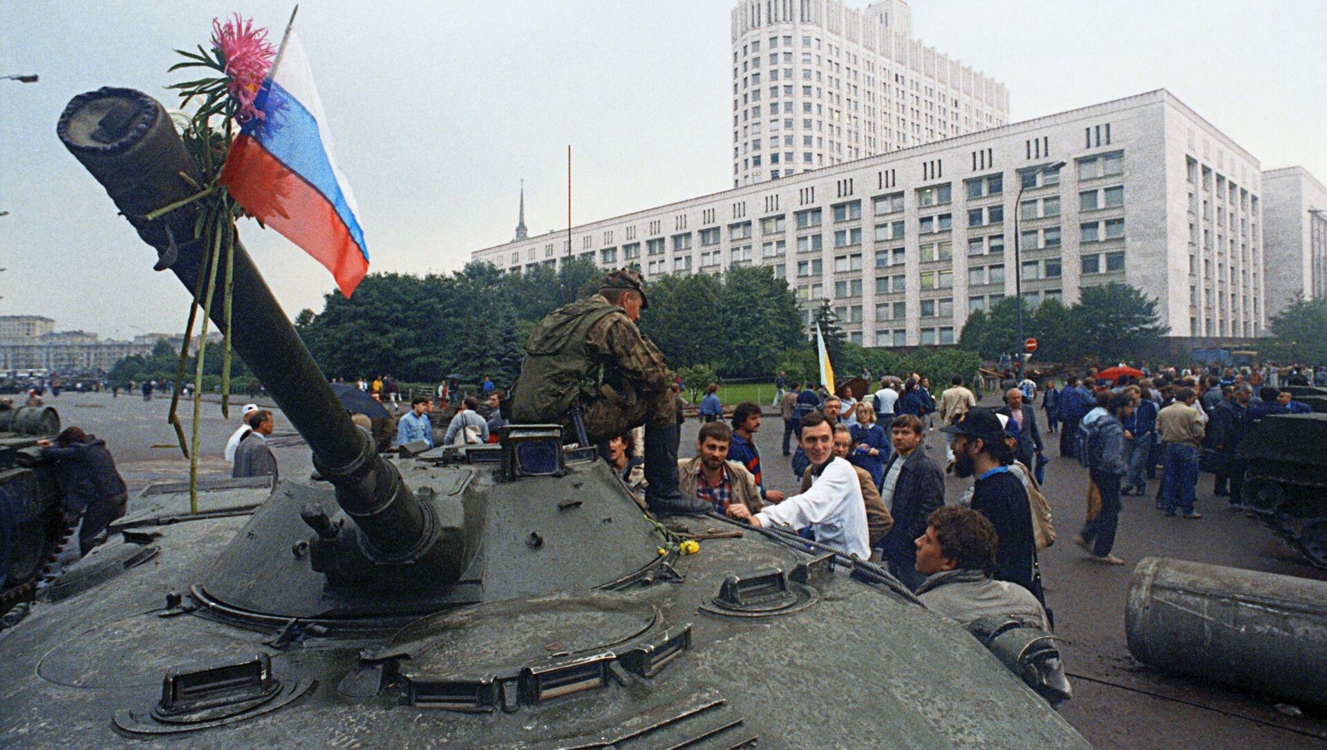 Защитники Белого дома прикрепили цветы к орудийному стволу одного из танков, введеных в Москву 19 августа 1991 года в связи с объявлением членами ГКЧП чрезвычайного положения в столице. - Sputnik Абхазия, 1920, 19.08.2021