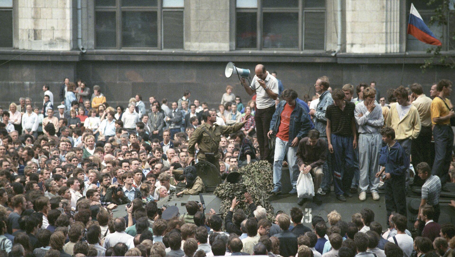 Участники митинга на одной из улиц Москвы, организованного в связи с введением чрезвычайного положения. Августовский путч 1991 года. - Sputnik Абхазия, 1920, 19.08.2021