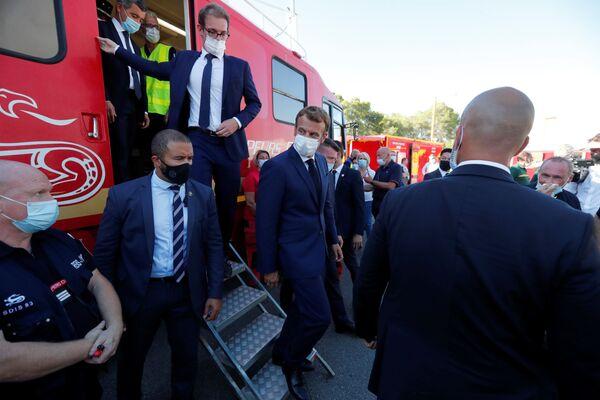 Президент Франции Эммануэль Макрон посещает департамент пожарно-спасательной службы и штаб пожарных в Ле-Люк, недалеко от Сен-Тропе, Франция - Sputnik Абхазия