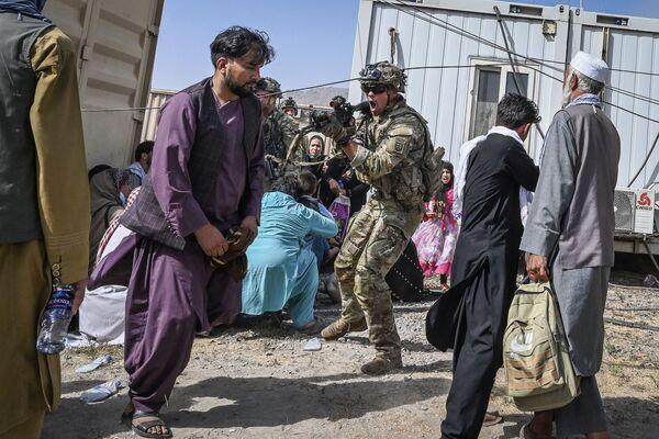 Американский солдат целится в афганцев в аэропорту Кабула. - Sputnik Абхазия