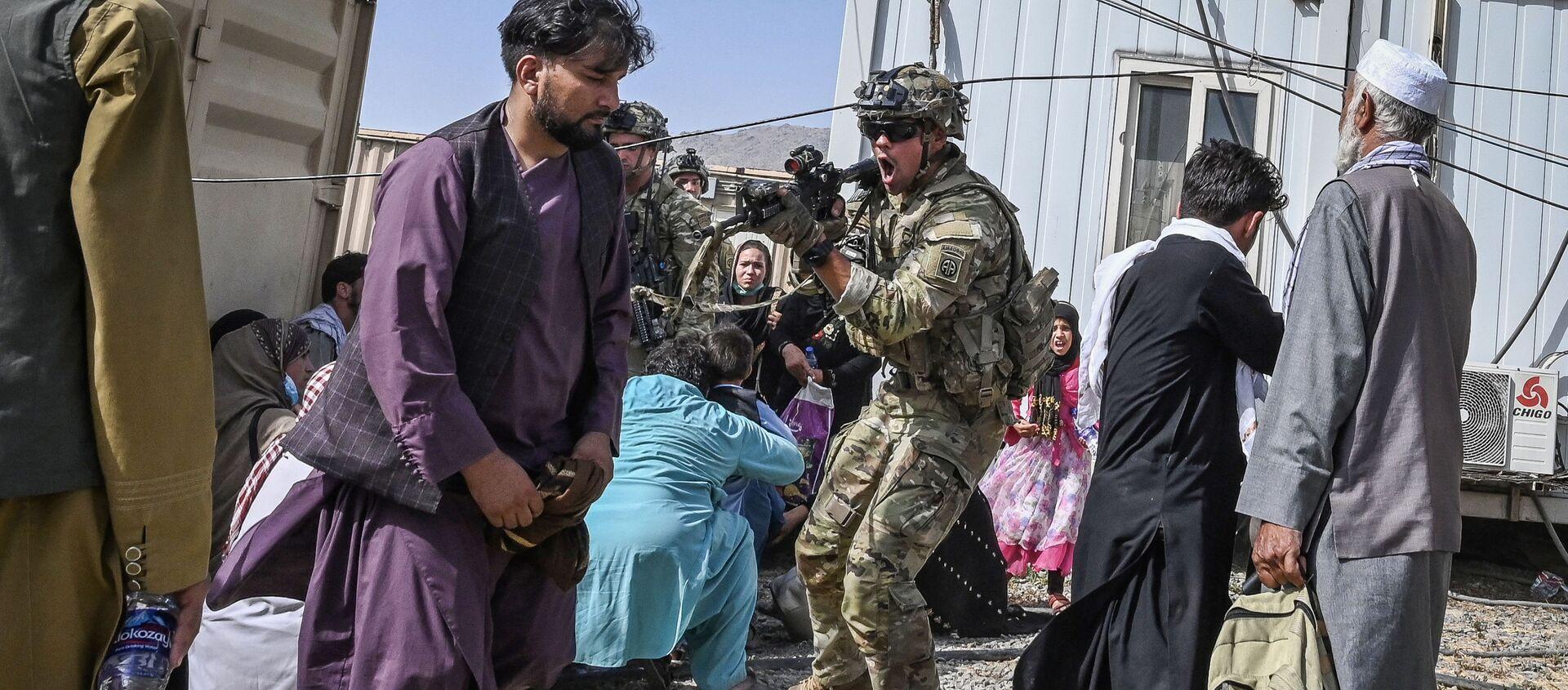 Американский солдат целится в афганцев в аэропорту Кабула  - Sputnik Абхазия, 1920, 23.08.2021
