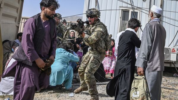 Американский солдат целится в афганцев в аэропорту Кабула  - Sputnik Абхазия