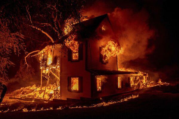 Загоревшийся дом в Джейнсвилле, штат Калифорния. - Sputnik Абхазия