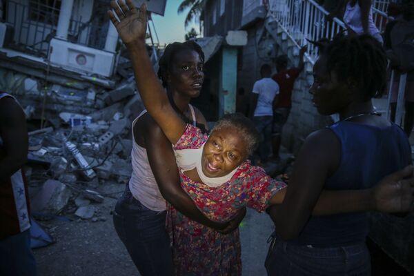 Родственники погибшей девочки во время землетрясения на Гаити . - Sputnik Абхазия