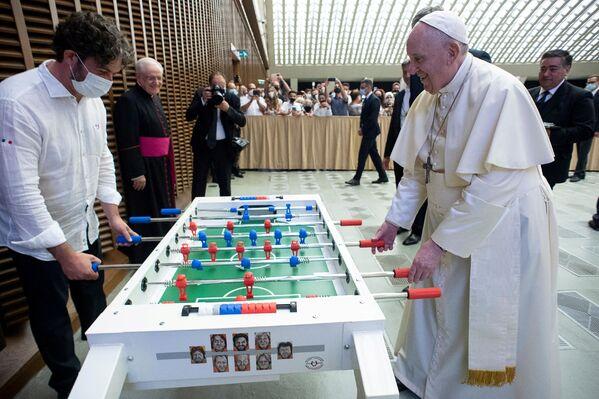 Папа Франциск играет в настольный футбол в Ватикане. - Sputnik Абхазия