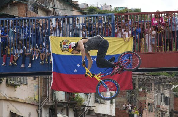 Чемпион Даниэль Дерс выступает на выставке в Каракасе, Венесуэла. - Sputnik Абхазия