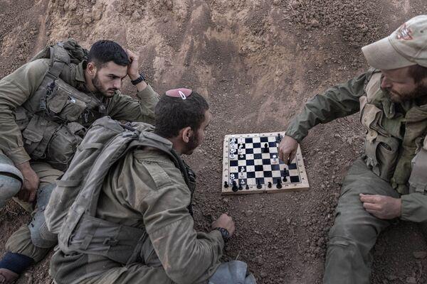 Израильские солдаты на позиции играют в шахматы. - Sputnik Абхазия