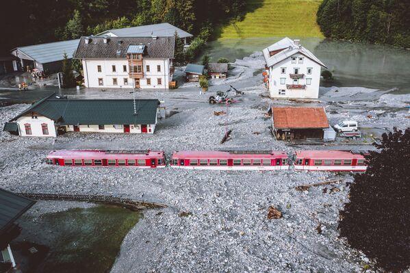 Застрявший после наводнения поезд в Вальд-им-Пинцгау недалеко от Зальцбурга, Австрия. - Sputnik Абхазия