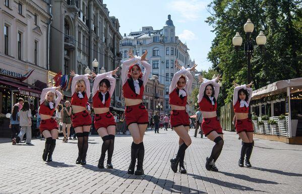 Танцевальная группа выступает на Арбате в Москве. - Sputnik Абхазия