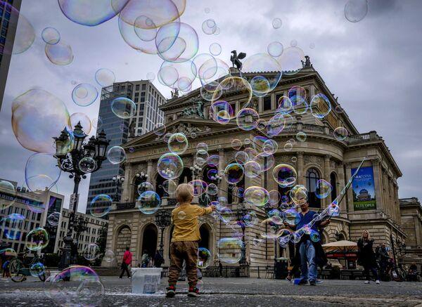 Мальчик играет с мыльными пузырями перед Старой оперой во Франкфурте, Германия. - Sputnik Абхазия