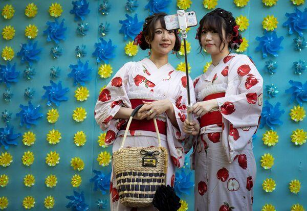 Женщины в кимоно позируют для селфи в храме Сэнсо-дзи в Токио, Япония. - Sputnik Абхазия