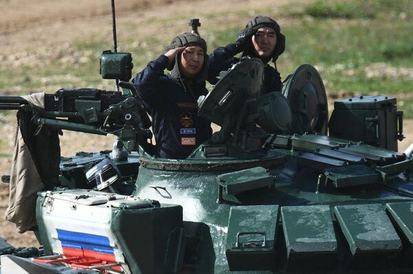 Танковый экипаж военнослужащих России во время соревнований танковых экипажей в рамках конкурса Танковый биатлон-2021 на полигоне Алабино в Подмосковье в рамках VII Армейских международных игр АрМИ-2021. - Sputnik Абхазия