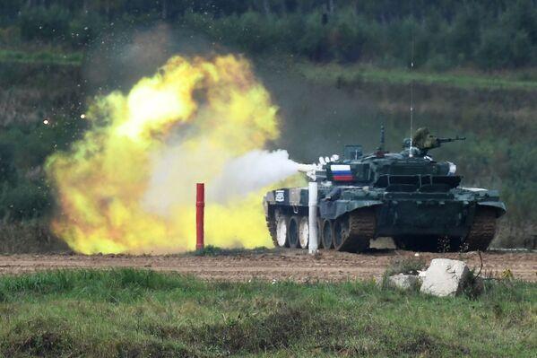 Танк Т-72Б3 команды военнослужащих России на огневом рубеже во время соревнований танковых экипажей в рамках конкурса Танковый биатлон-2021 на полигоне Алабино в Подмосковье в рамках VII Армейских международных игр АрМИ-2021. - Sputnik Абхазия