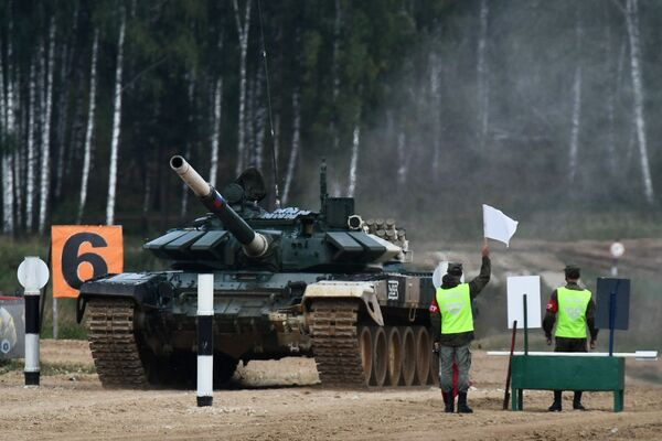Танк Т-72Б3 команды военнослужащих России во время соревнований танковых экипажей в рамках конкурса Танковый биатлон-2021 на полигоне Алабино в Подмосковье в рамках VII Армейских международных игр АрМИ-2021. - Sputnik Абхазия
