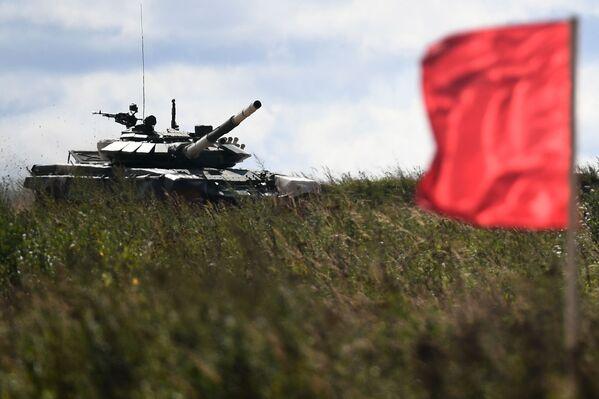 Танк Т-72Б3 команды военнослужащих Мьянмы во время соревнований танковых экипажей в рамках конкурса Танковый биатлон-2021 на полигоне Алабино в Подмосковье в рамках VII Армейских международных игр АрМИ-2021. - Sputnik Абхазия