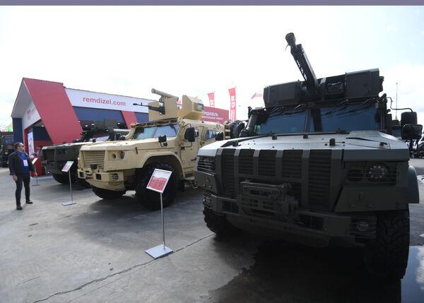 Десантируемый грузопассажирский бронеавтомобиль К-4386 ЗАСН (справа), представленный на открытой экспозиционной площадке Конгрессно-выставочного центра Патриот на Международном форуме АРМИЯ-2021. - Sputnik Абхазия